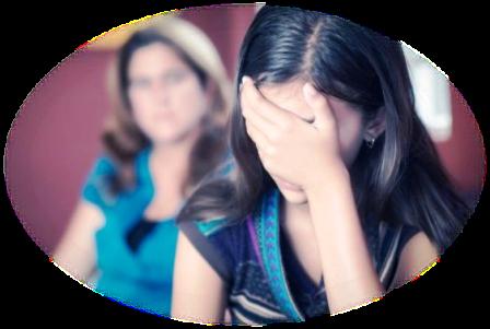 C'est une femme devant sa psychologue cachant son epuisement et parlant de harcelement